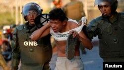 Un joven arrestado por la Guardia Bolivariana en Caracas, 10 de marzo de 2019. REUTERS/Carlos García Rawlins
