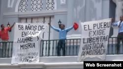 Opositores enarbolan carteles en contra del Gobierno cubano en la catedral de Santiago de Cuba. (Archivo)