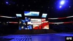 Vista general del estrado de la Convención nacional Republicana preparada en Tampa, Florida.