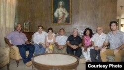 Foto archivo los sacerdotes católicos José Conrado Rodríguez (5to de der a izq.) y Castor Álvarez (4to de der a izq) junto a opositores cubanos.