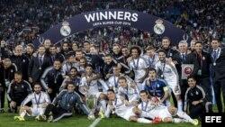 El Real Madrid posa en el cesped junto con el trofeo de la Supercopa de Europa