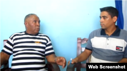 Reporta Cuba. Humberto Rizo (i) formula denuncia ante activista de UNPACU Amel Oliva.