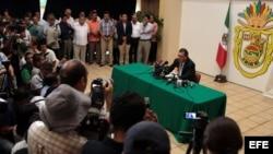 El gobernador del estado mexicano de Guerrero, Ángel Aguirre (d), habla durante una rueda de prensa hoy, jueves 23 de octubre de 2014, donde anunció que se separa del cargo tras el aumento de las protestas por la desaparición de 43 estudiantes