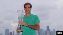 Federer posa con el trofeo ganado en el Miami Open.