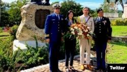 La encargada de negocios de la Embajada de EEUU en Cuba, Mara Tekach, rinde homenaje a los caídos en la guerra de 1898 en Santiago de Cuba.