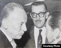 Al centro, Prohías en Bogotá en 1960 para recibir el Premio Mergenthaler (Cortesía/Familia Prohías).