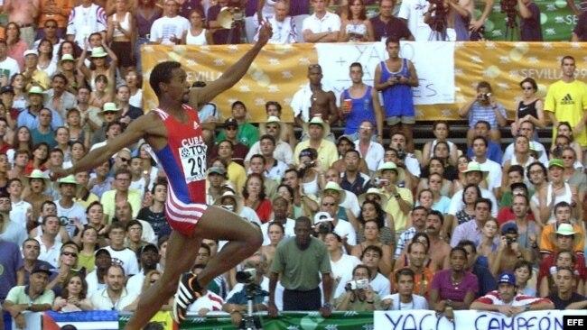6af571f89 Iván Pedroso en uno de sus intentos en la final de salto de longitud de los
