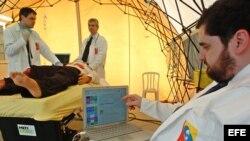 Tres médicos brasileños hacen una demostración con los nuevos robots