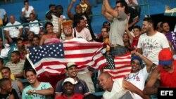 Seguidores del equipo de EE.UU. alientan a sus jugadores contra Cuba el 5 de julio de 2012, en el estadio Latinoamericano en La Habana (Cuba).