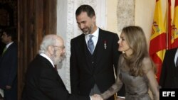 GRA104. ALCALÁ DE HENARES (MADRID), 23/04/2013.- El escritor José Manuel Caballero Bonald, es saludado por los Príncipes de Asturias a su llegada esta mañana al Paraninfo de la Universidad de Alcalá de Henares, donde hoy recogió el Premio Cervantes 2012 de literatura