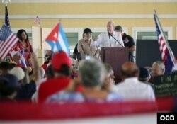 El veterano comentarista radial Armando Pérez Roura se dirige a los presentes en el acto por la libertad de Cuba realizado en el Tropical Park de Miami.(Roberto Koltun)