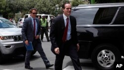 Archivo AP - Mauricio Claver-Carone en Bolivia, el 15 de enero de 2020.