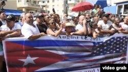 Cubanos y visitantes presenciaron desde las barreras la ceremonia de izado de la bandera en la Embajada de EE.UU.