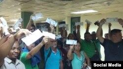 Pasajeros de un vuelo cancelado desde la provincia Holguín, protestan ante las autoridades. (Facebook).