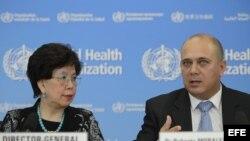 La directora general de la Organización Mundial de la Salud (OMS), Margaret Chan (i), y el ministro de Salud Pública de Cuba, Roberto Morales Ojeda (d), habla durante una rueda de prensa en la sede de la OMS en Ginebra (Suiza), el 12 de septiembre de 2014
