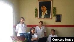 El doctor Álvarez posa junto a sus colegas en la misión en Venezuela.