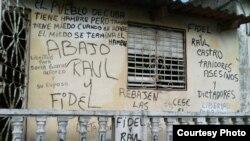 Cartel antigubernamental en la vivienda de un opositor cubano, a manera de protesta. ARCHIVO.