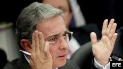 El expresidente colombiano Álvaro Uribe fustigó a los gobiernos del área que rinden pleitesía a los líderes de Cuba y Venezuela.