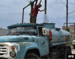 Pipas de agua para paliar la escasez de agua en Cuba