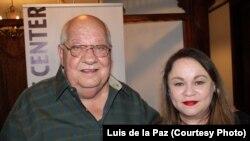 José Abreu Felippe y Zoé Valdés durante una tertulia en Miami Hispanic Cultural Arts Center.