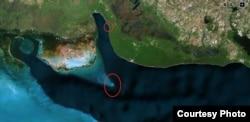Vista satelital de Bahía de Cochinos. En los círculos, Cayo Piedra (abajo) y la marina privada de Fidel Castro en Caleta del Rosario. (Luis Domínguez)