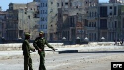Fotografía de archivo. Militares cubanos vigilan el malecón habanero. EFE/Alejandro Ernesto