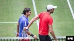 Federer (i) y Karlovic tras concluir el partido.