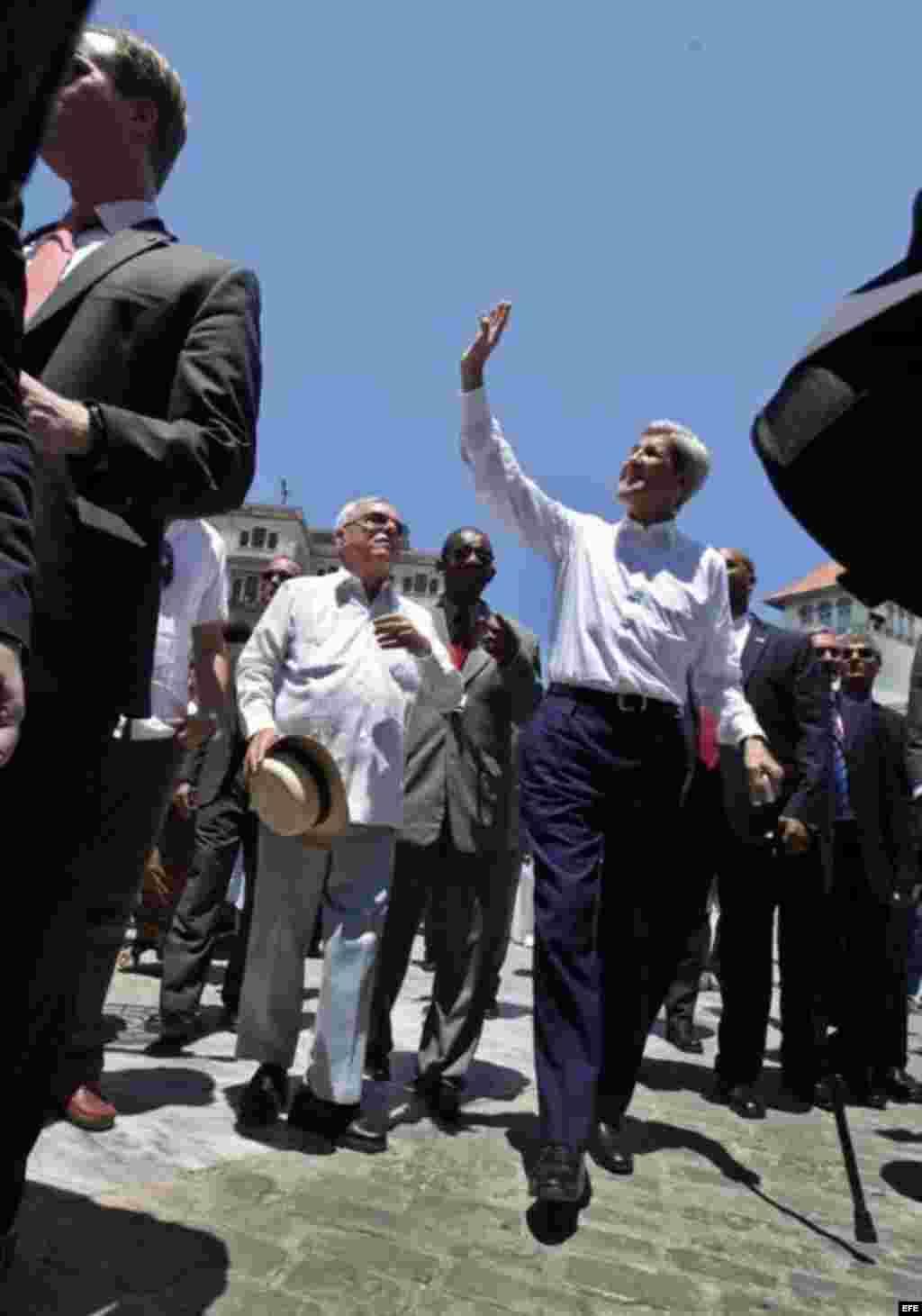 El secretario de Estado estadounidense, John Kerry, saluda las personas que lo reciben con gritos de jubilo en La Habana Vieja.