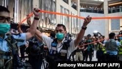 La policía toma medidas de seguridad en un centro comercial de Hong Kong el 30 de junio de 2020. (Anthony Wallace / Hong Kong).