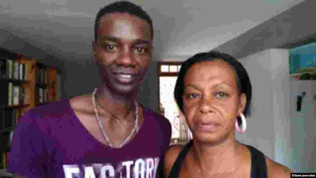 Yasser Rivero junto a su mamá Jacqueline Boni