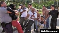 Opositores son reprimidos por la policía durante una manifestación pacífica en Cuba. (Foto: OCDH)