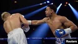 Rolando Romero (der.) conecta un golpe contra Arturs Ahmetovs, durante su pelea en la MGM Grand Garden Arena, el 22 de febrero del 2020.