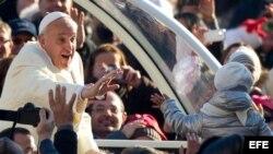 El papa Francisco saluda a los fieles a su llegada a la audiencia general de los miércoles en la Plaza de San Pedro de la Ciudad del Vaticano hoy, miércoles 11 de diciembre de 2013.