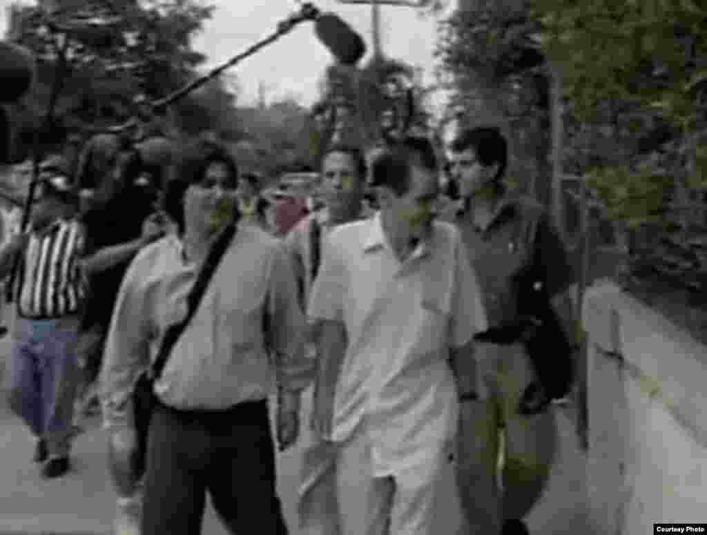 Salida de la Asamblea Nacional del Poder Popular en la Ciudad de La Haban, luego de presentar el Proyecto Varela, el 10 de mayo de 2002. De izq a der: Regis Iglesias, Antonio Salvador, Julio Luis Pitawa y Oswaldo Payá.