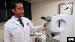 Carlos Martínez en su clínica de California, EE. UU.