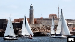 Varios veleros navegan por el litoral de La Habana. Archivo.