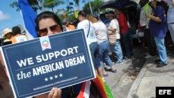 Un grupo de personas se manifiesta en apoyo a la reforma migratoria.