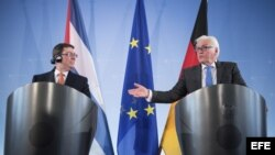 - El ministro cubano de Exteriores, Bruno Rodriguez Parrilla (i), escucha a su homólogo alemán, Frank-Walter Steinmeier (d).