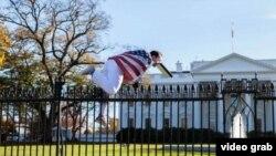 Envuelto en la bandera de EE.UU. Joseph Caputo salta la verja de la Casa Blanca en Thanksgiving Day 2015
