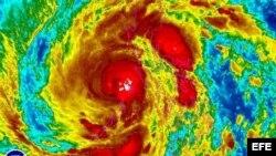 """Imagen de satélite facilitada por la Administración Nacional de Océanos y Atmósfera de Estados Unidos (NOAA, por su sigla en inglés) que muestra el tifón """"Haiyan"""" en Filipinas hoy, viernes 8 de noviembre de 2013"""