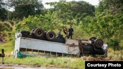 Así quedó el camión adaptado para transporte de pasajeros tras volcarse cerca de Los Palacios, Pinar del Río.