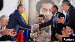 En esta foto de archivo Maduro presencia un acuerdo con la petrolera Rosneft. Miraflores Palace/Handout via REUTERS