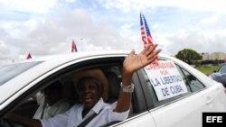 Una exiliada cubana participa en una protesta. Foto Archivo.