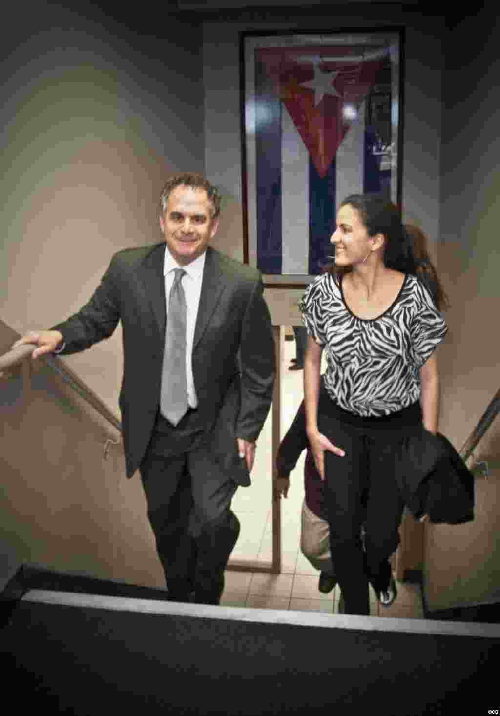Rosa María Payá makes her way upstairs at the Martis accompanied by OCB Director, Carlos Garcia-Perez