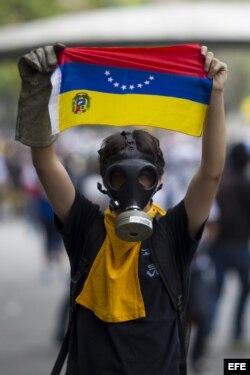 Un grupo de manifestantes opositores al Gobierno de Nicolás Maduro se enfrenta a miembros de la Policía Nacional Bolivariana (PNB).