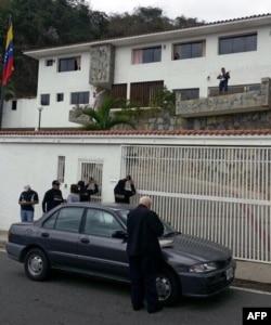 Agentes de la Dirección General de Contrainteligencia Militar (DGCIM) el 23 de febrero de 2014 frente a la casa del general opositor venezolano Angel Vivas Perdomo (Foto: Archivo/AFP).