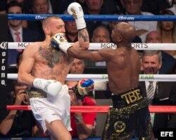Mayweather (d) en acción frente a McGregor (i).