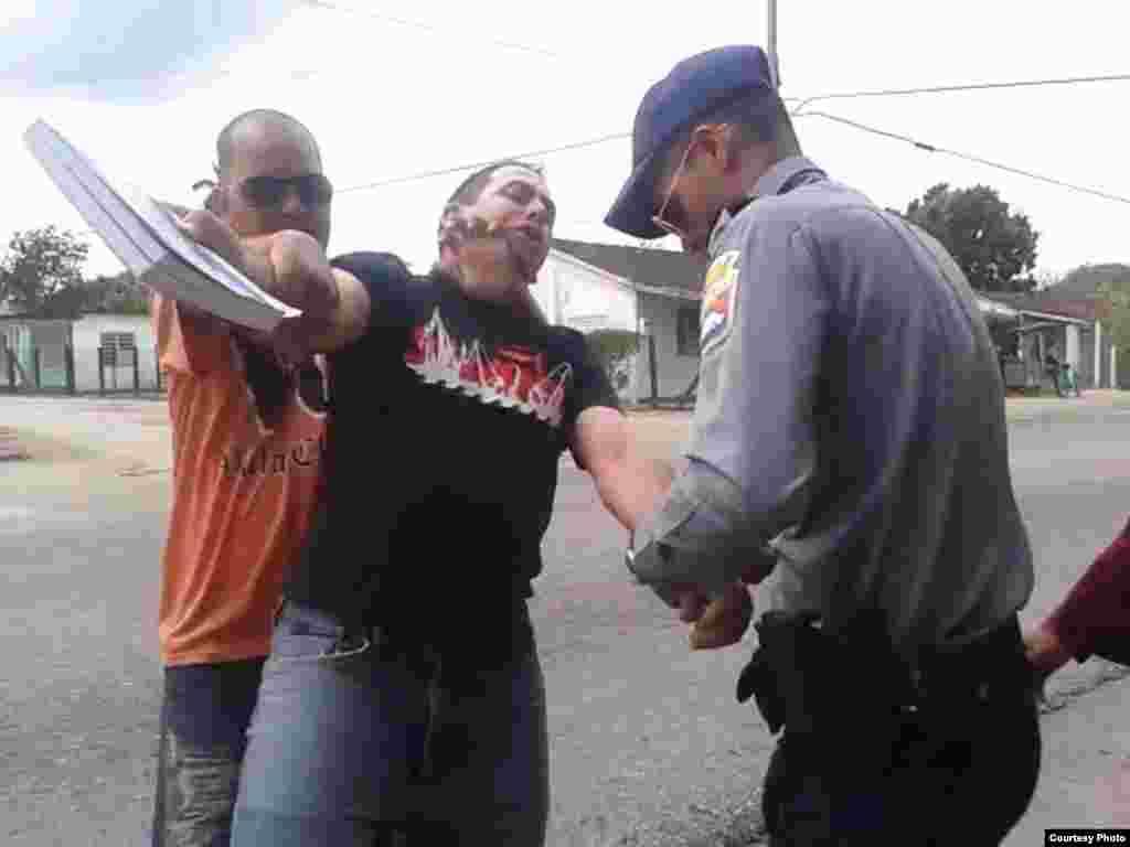 Arresto del pastor bautista Mario Félix Lleonart Barroso en Camajuaní, Villa Clara; domingo 20 de marzo de 2016.