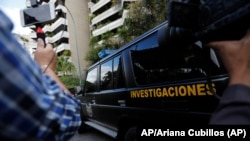 Caracas auto de la policía militar (DGCIM) sale del edificio donde vive familia de Juan José Márquez