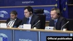Niober García Fournier (izq.) en el Parlamento Europeo. Tomado de cubalog.eu